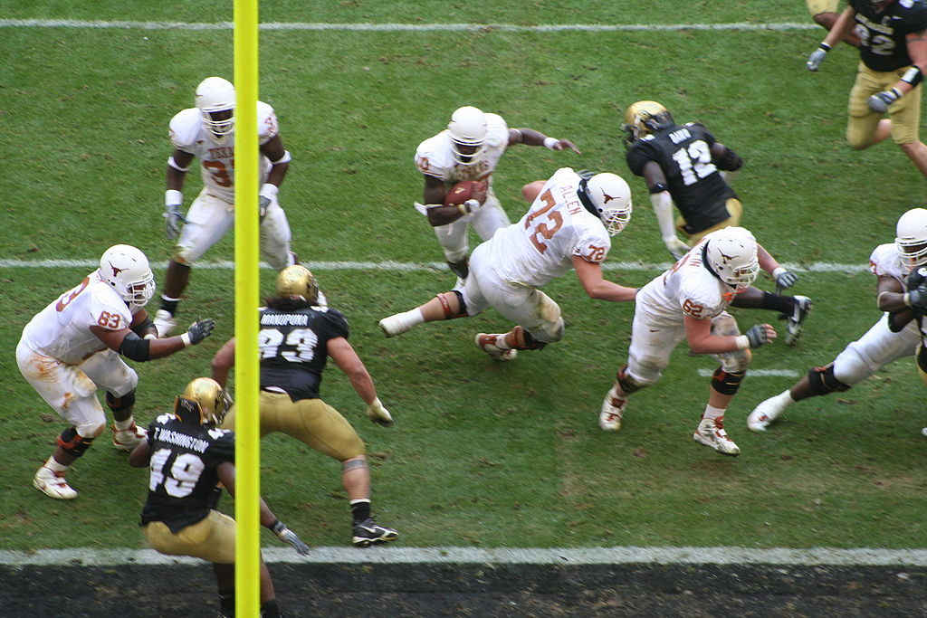 1024px-Vince_Young_scores_a_touchdown_in_the_2005_Big_12_Championship_Game