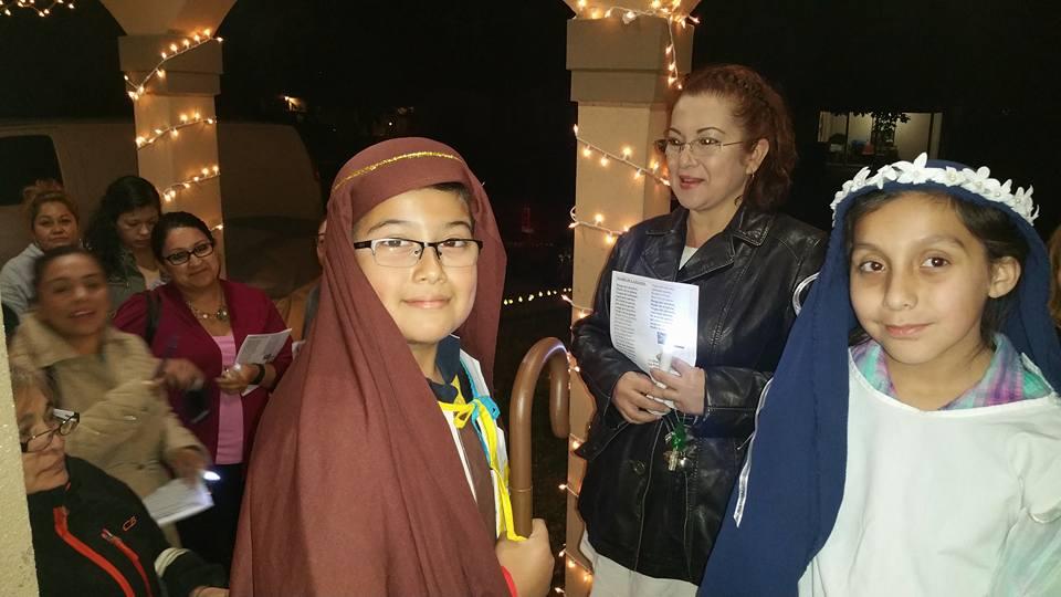 Niños, niñas y adultos celebran una posada en la Iglesia Episcopal de San Pedro en Pasadena, Texas
